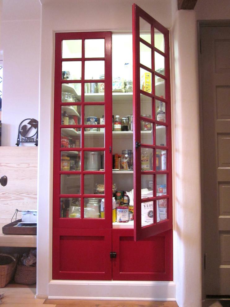Встроенная кладовая с красными дверьми