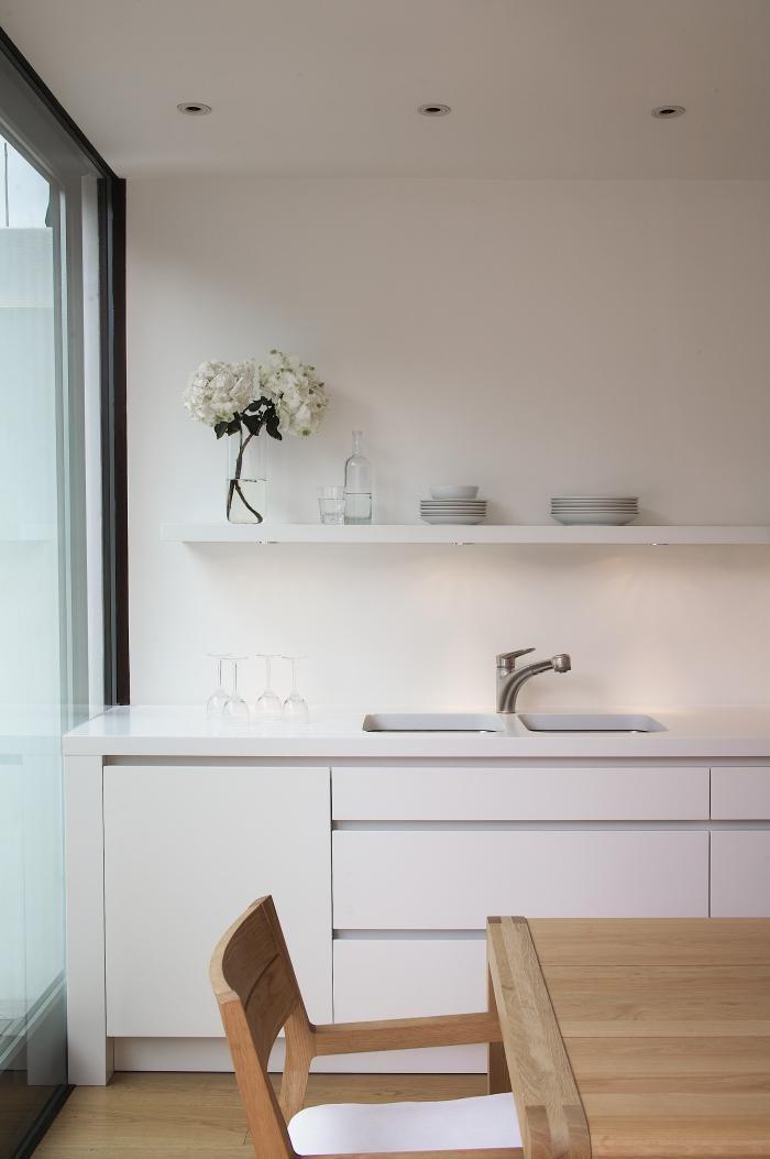 Перепланировка кухни - белый гарнитур в интерьере