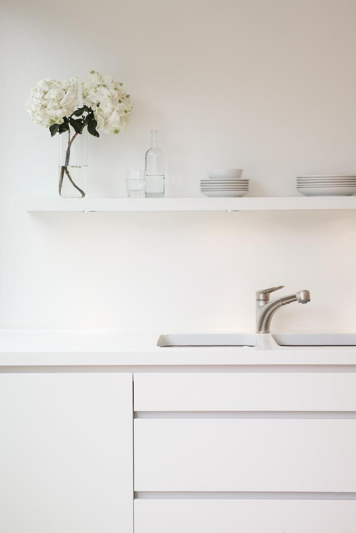 Перепланировка кухни - белые полки в интерьере