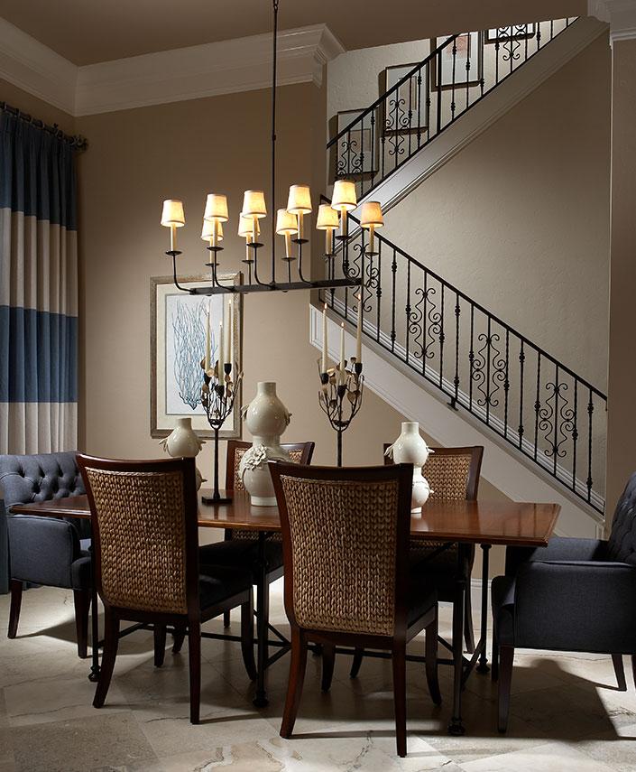 Кованные подсвечники и элегантная керамика в сбалансированном интерьере столовой