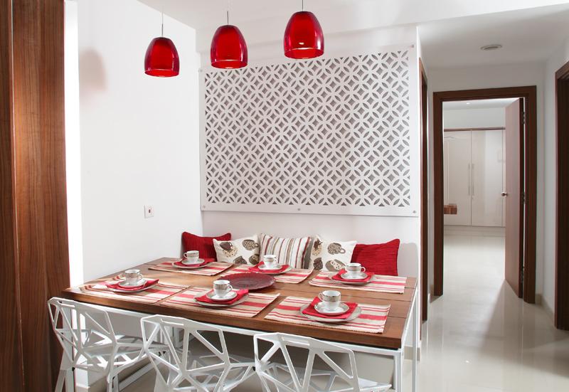 Яркие аксессуары в столовой подчеркивают строгую геометрию декора
