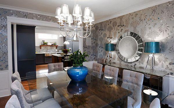 Гостиная со стекляннным столом и изыскаными обоями