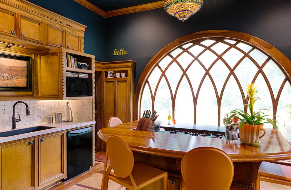 Круглое панорамное окно в интерьере кухни в английском стиле
