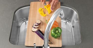 Разделочная доска над кухонной раковиной