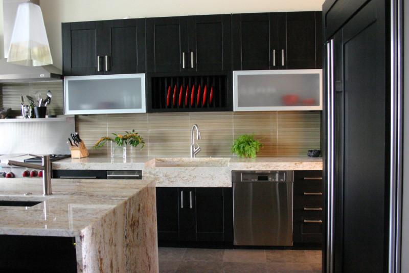 Дизайн-идея расположения сушилки для тарелок в интерьере кухни от Rebekah Zaveloff | KitchenLab