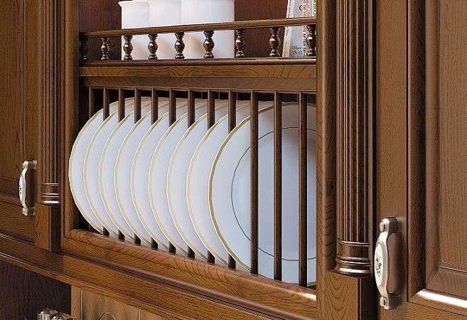 Сушилка для тарелок, расположенная между открытой полкой и буфетными шкафами
