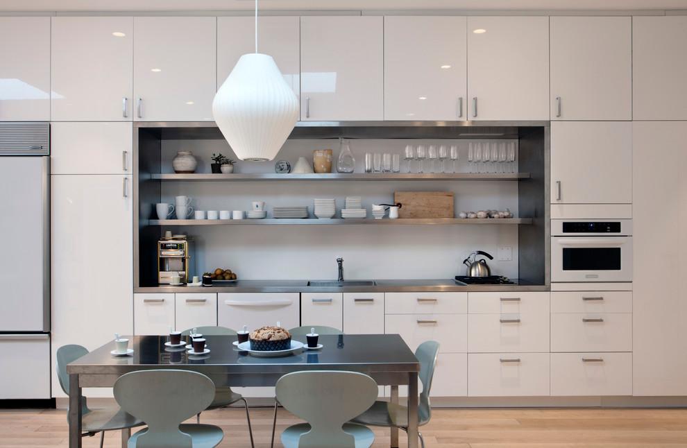 Интерьер светлой кухни с белым глянцевым гарнитуром