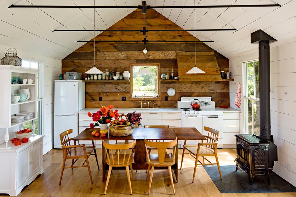 Отделка стен и потолка кухни деревянными панелями