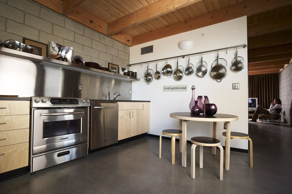 Планировка кухни с металлической отделкой кухонного фартука