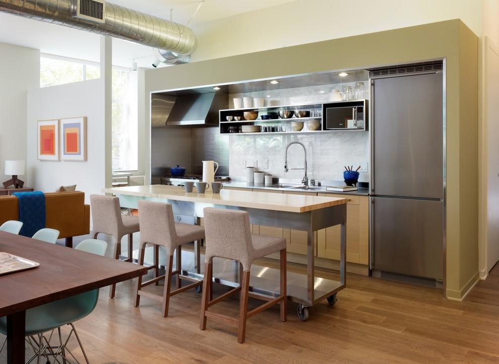 Дизайн мобильного кухонного острова с металлическим каркасом в интерьере