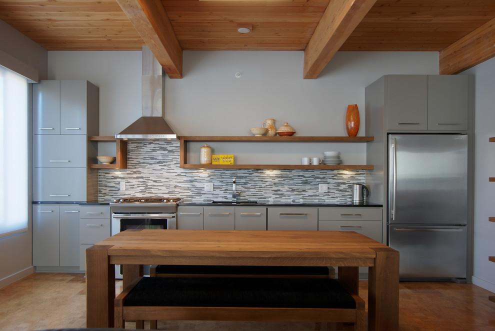 Дизайн светло-серого гарнитура в планировке кухни