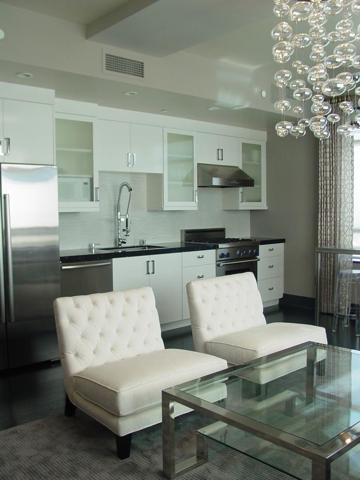 Светлый интерьер кухни с белым гарнитуром