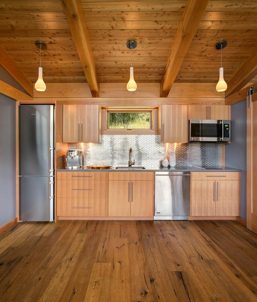Светлый деревянный гарнитур в интерьере кухни