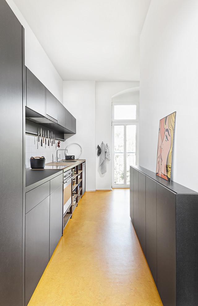 Интерьер кухни с серым гарнитуром в современном стиле
