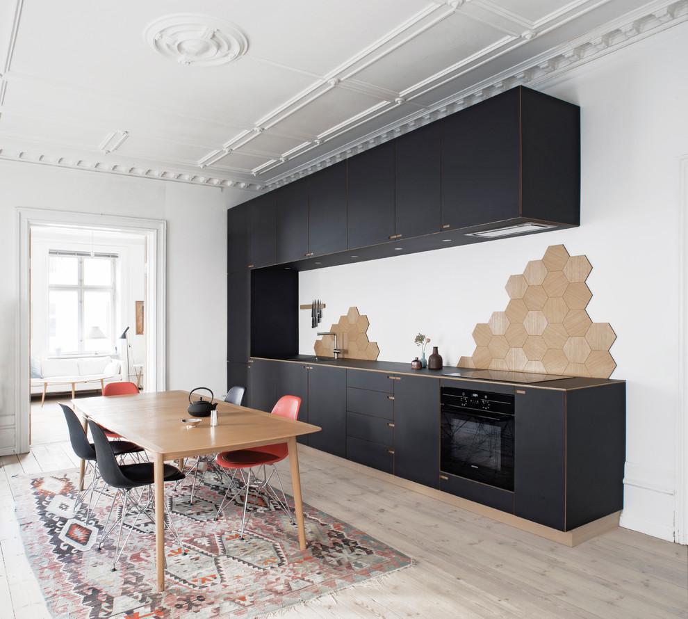 Чёрный гарнитур со светлой отделкой в интерьере кухни