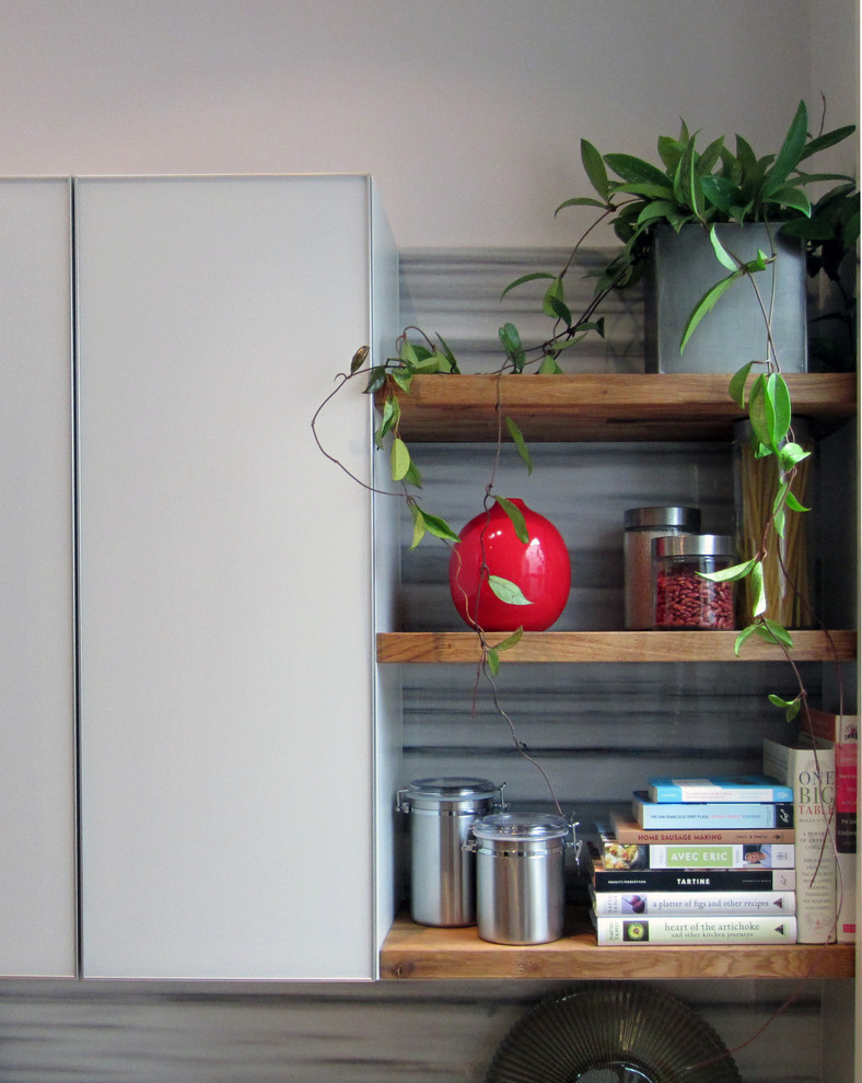 Деревянные полки в интерьере кухни