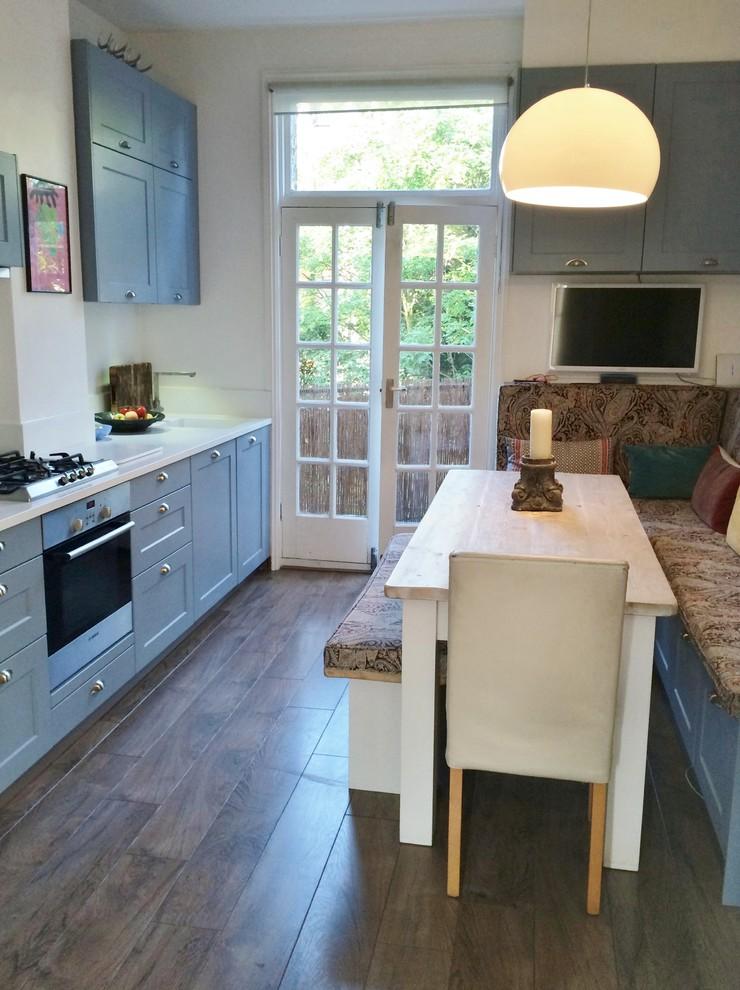 Дизайн серо-голубого гарнитура в интерьере кухни