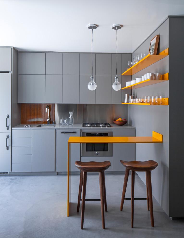 Ярко-оранжевые полки в интерьере серой кухни