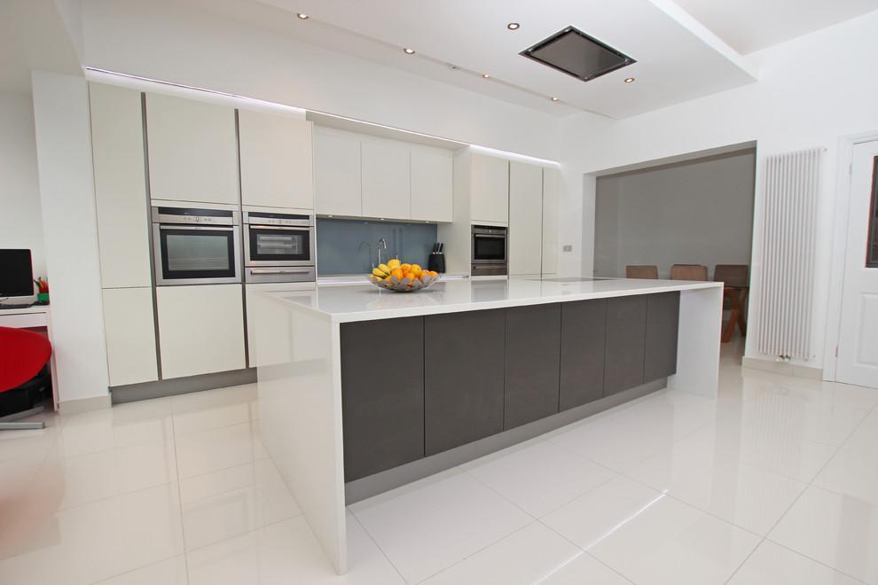 Дизайн кухонного острова в серо-белом цвете