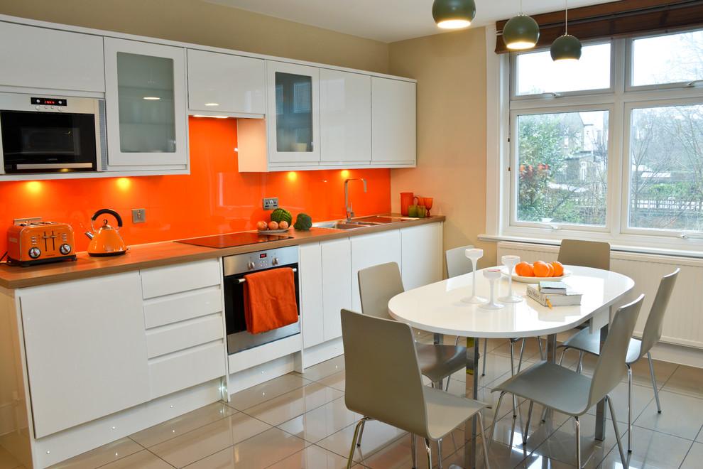 Ярко-оранжевый рабочий фартук в интерьере кухни