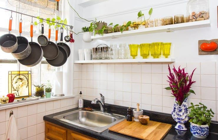 Подвесная кухонная утварь над мойкой