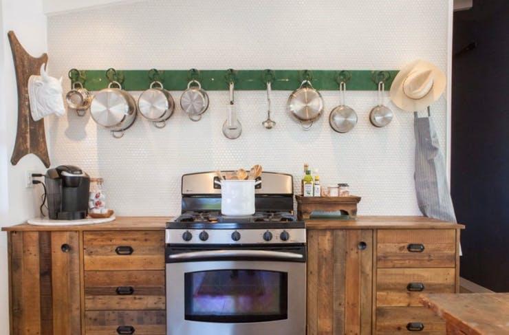 Подвесная кухонная утварь на деревянной балке