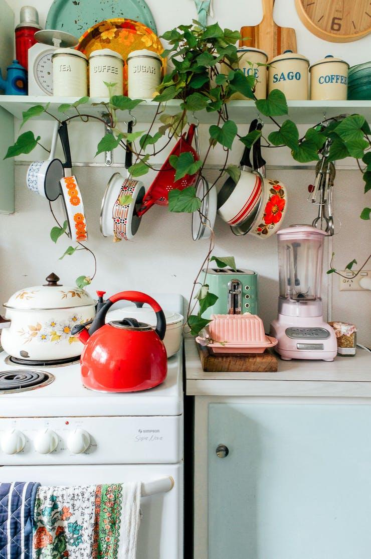 Подвесная кухонная утварь над окном
