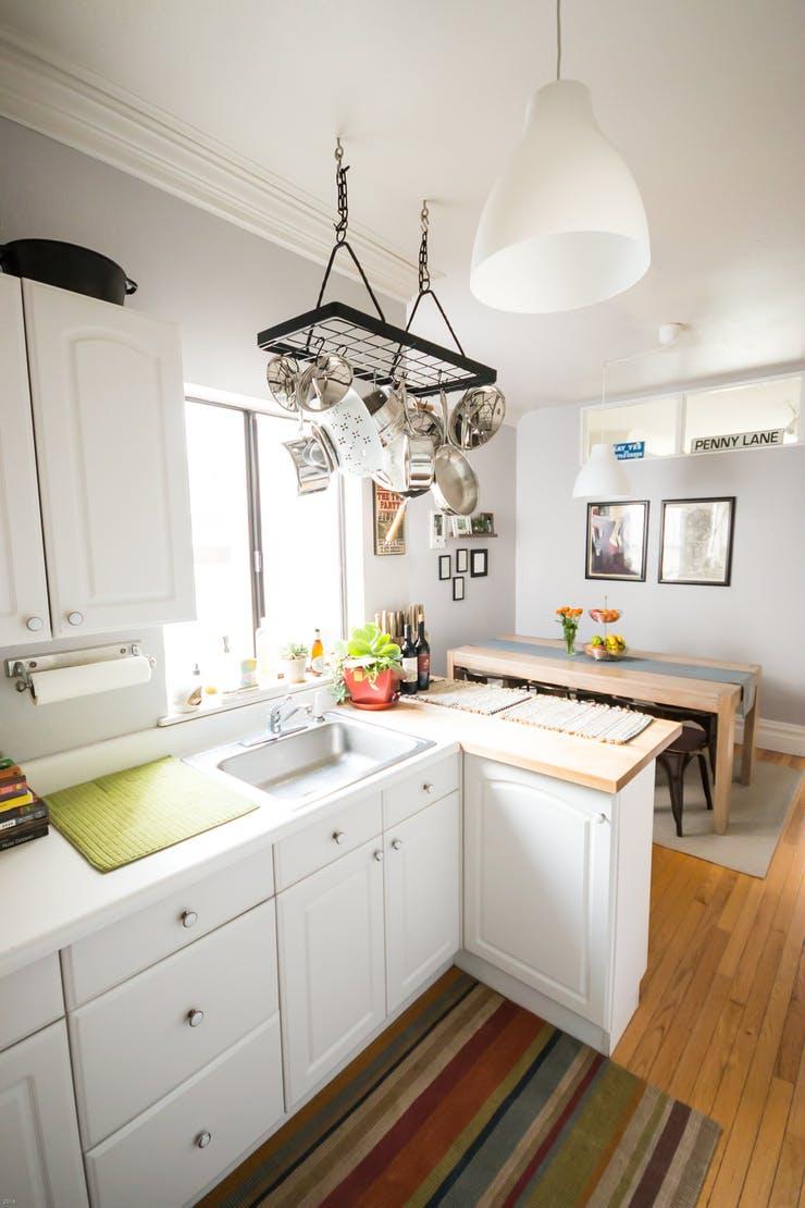 Подвесная кухонная утварь на потолке