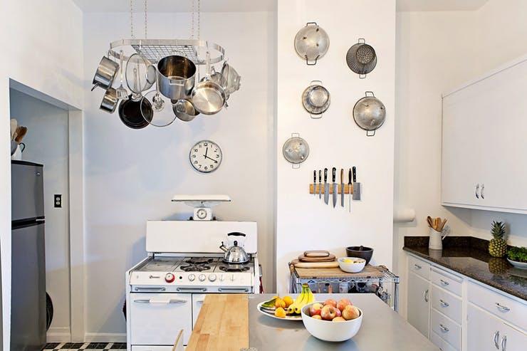 Подвесная кухонная утварь на стене