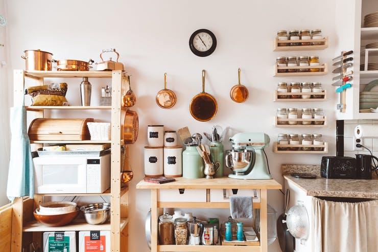 Подвесная кухонная утварь в интерьере