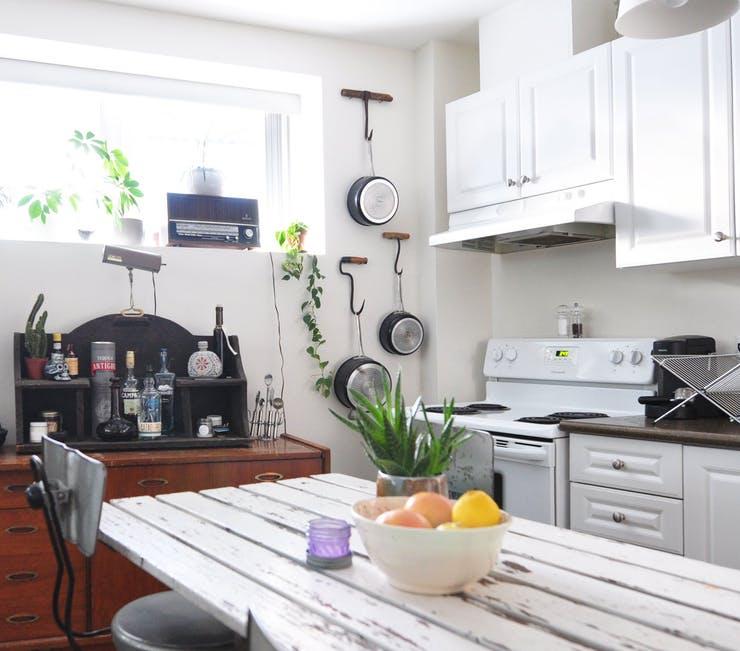 Подвесная кухонная утварь под открытой полкой