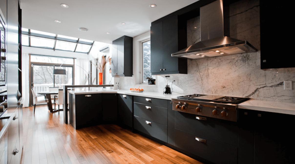 Дизайн кухни с черной мебелью