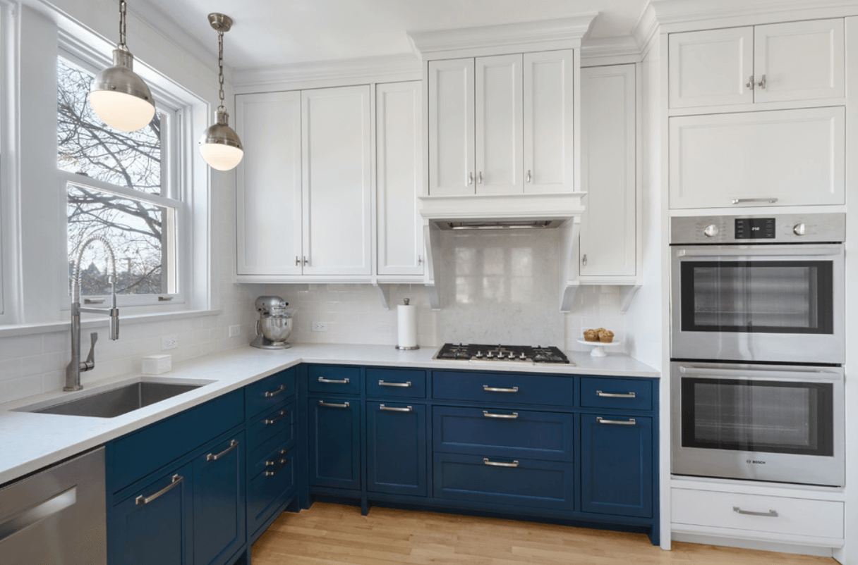 Дизайн кухни с использованием двухцветных шкафчиков