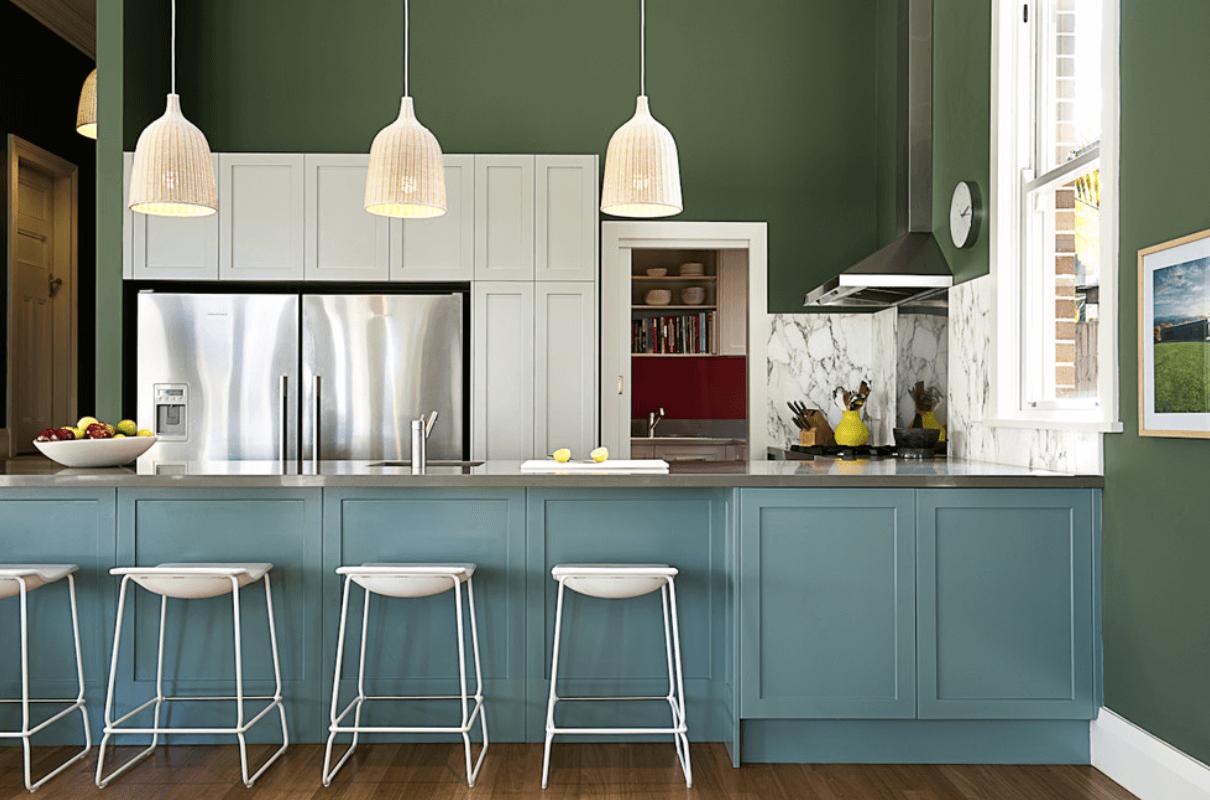 Интерьер кухни с темно-зелеными стенами