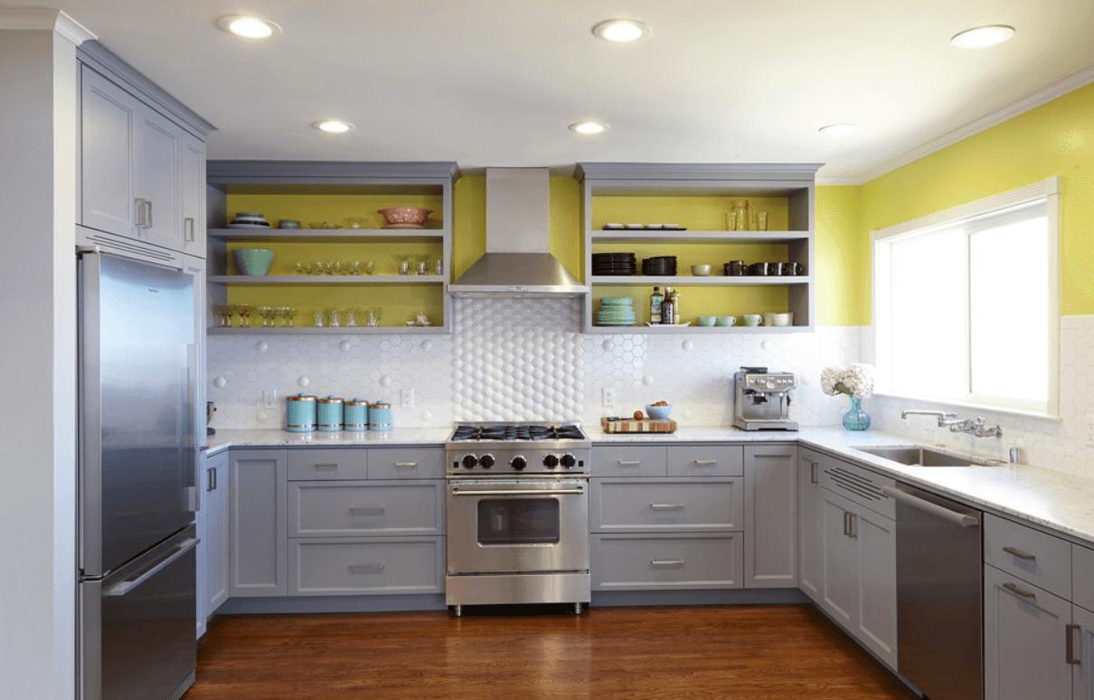 Открытые полки без задних стенок в интерьере кухни