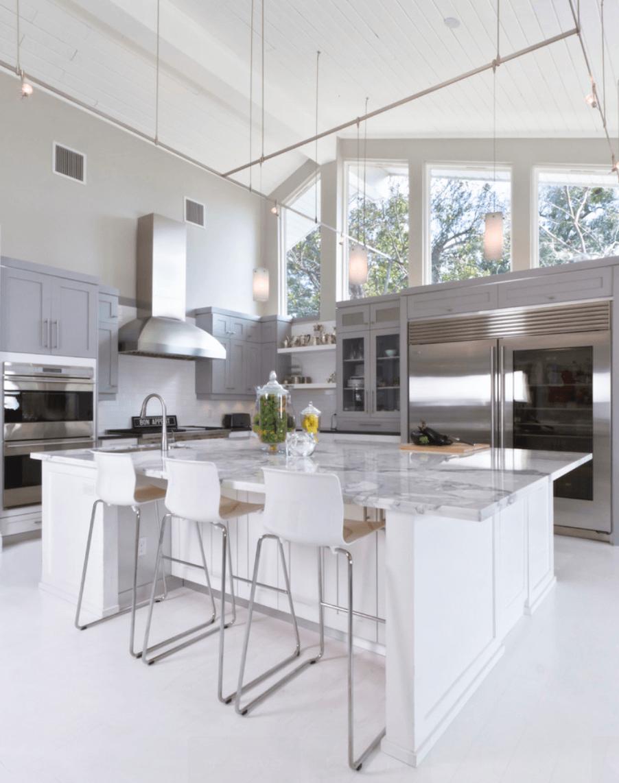 Интерьер кухни в помещении с высокими потолками