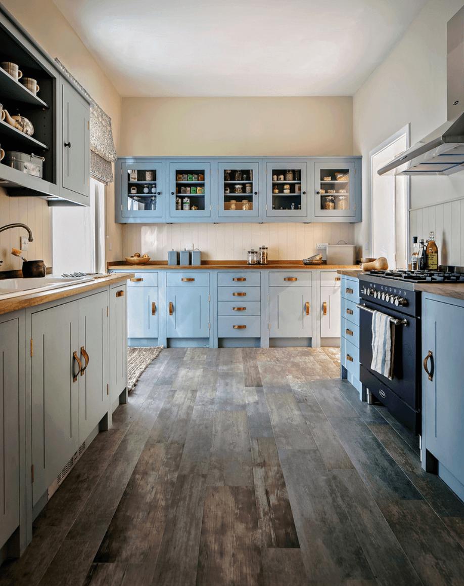 Дизайн кухни в светло-голубых  тонах