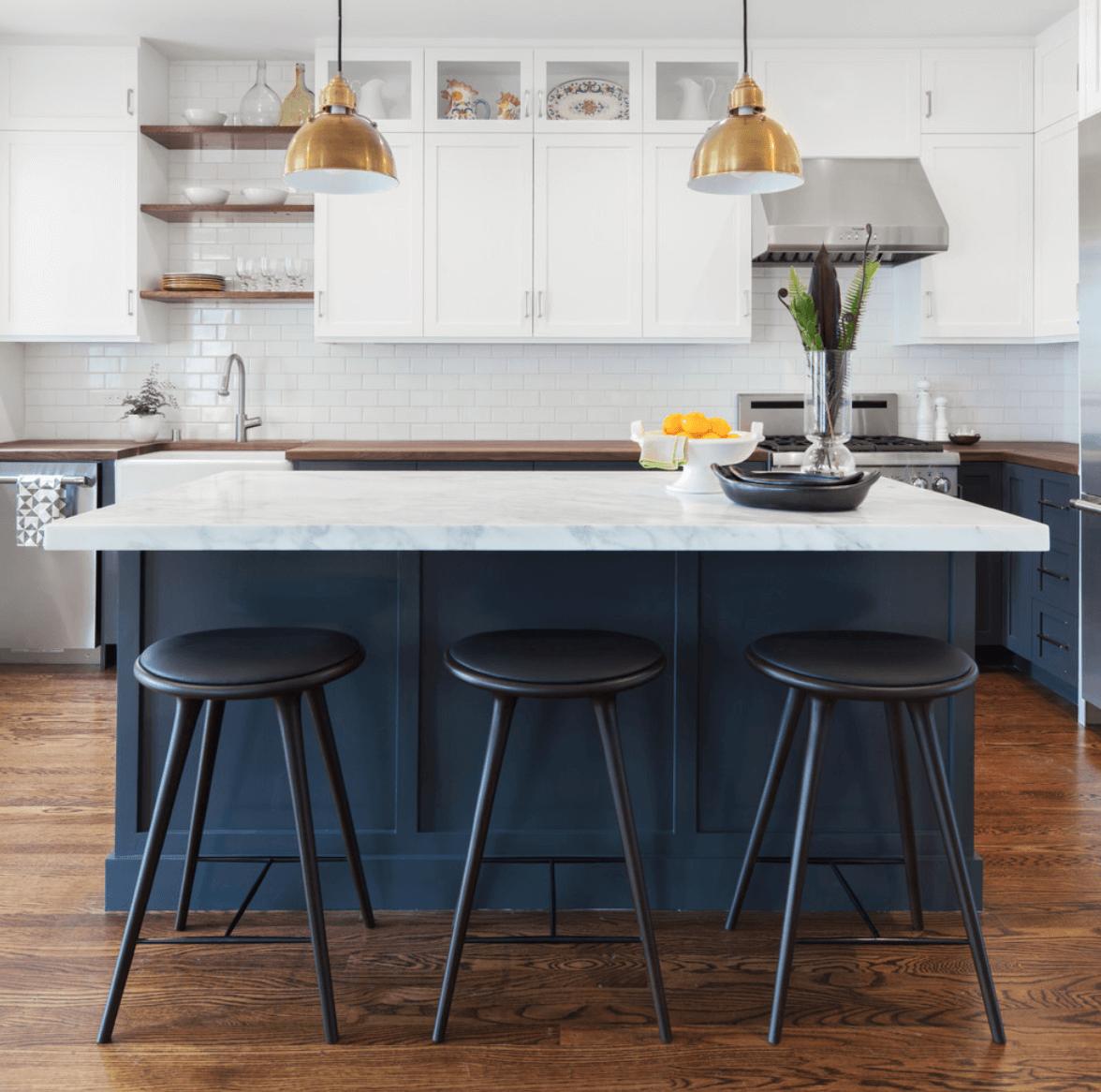 Благородный темно-синий цвет острова в интерьере светлой кухни