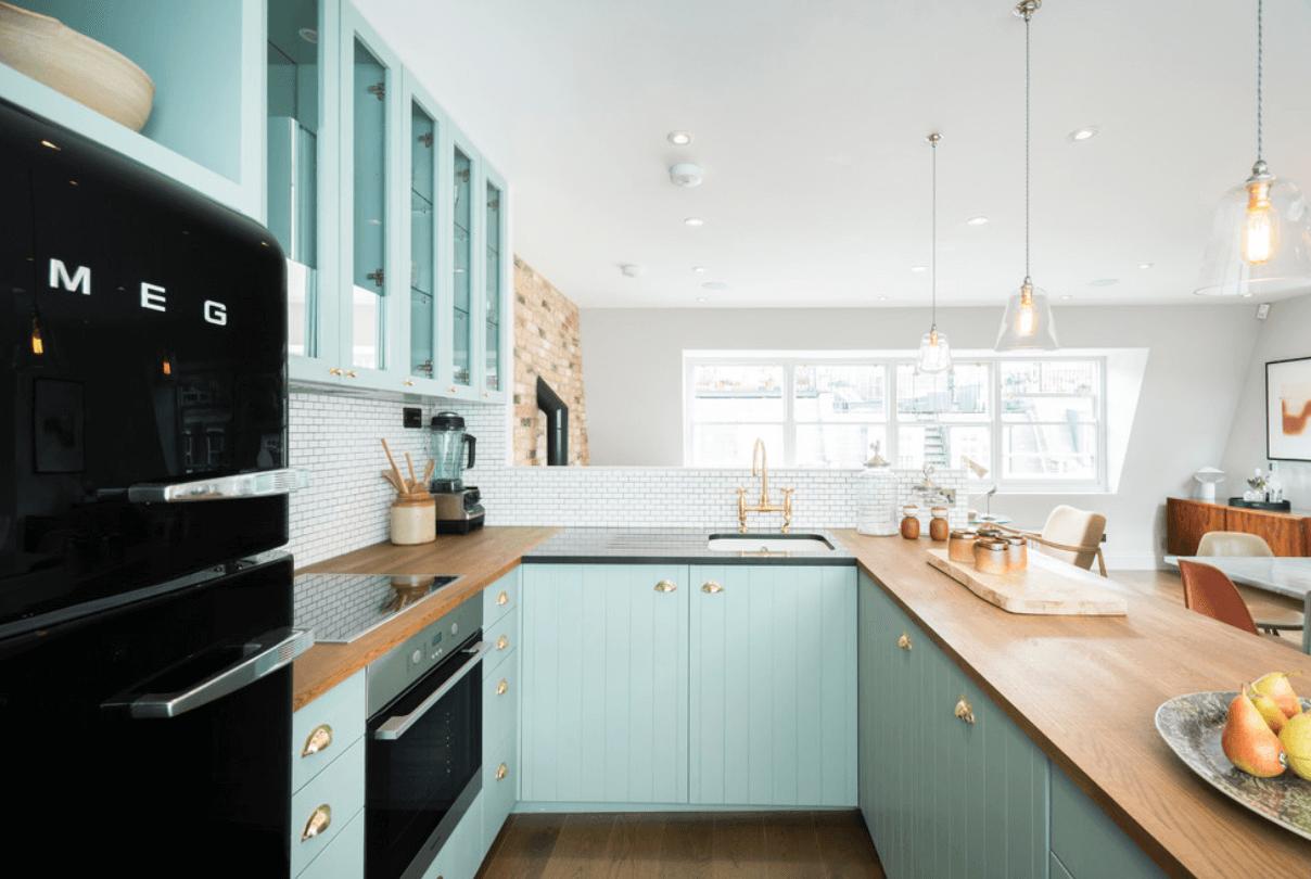 Интерьер кухни с хорошим освещением