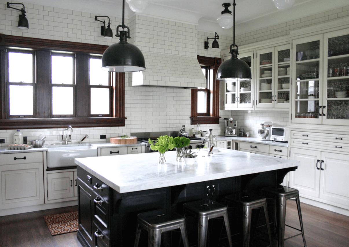 Интерьер кухни в белом цвете с островом в черном цвете