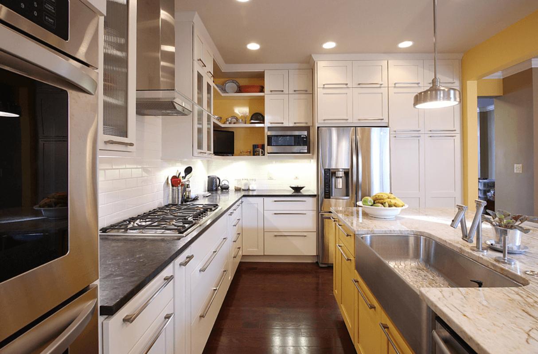 Интерьер кухни с двухцветными шкафчиками