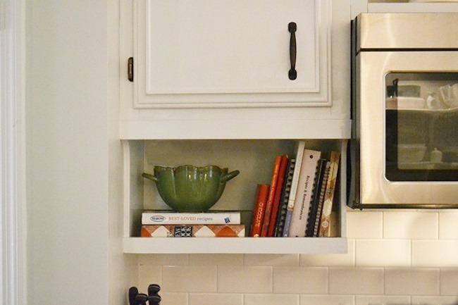 Полки на кухне могут быть многофункциональны