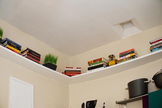 Полки на кухне над шкафчиками