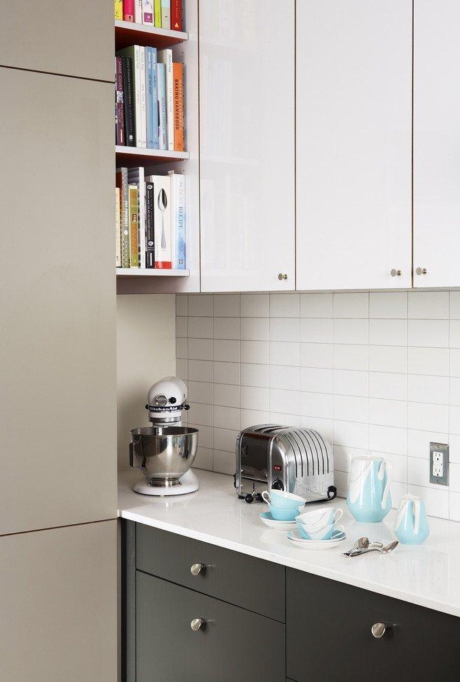 Полки на кухне между холодильником и шкафчиком