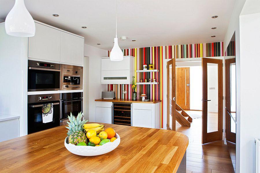 Яркие полоски в интерьере кухни дома