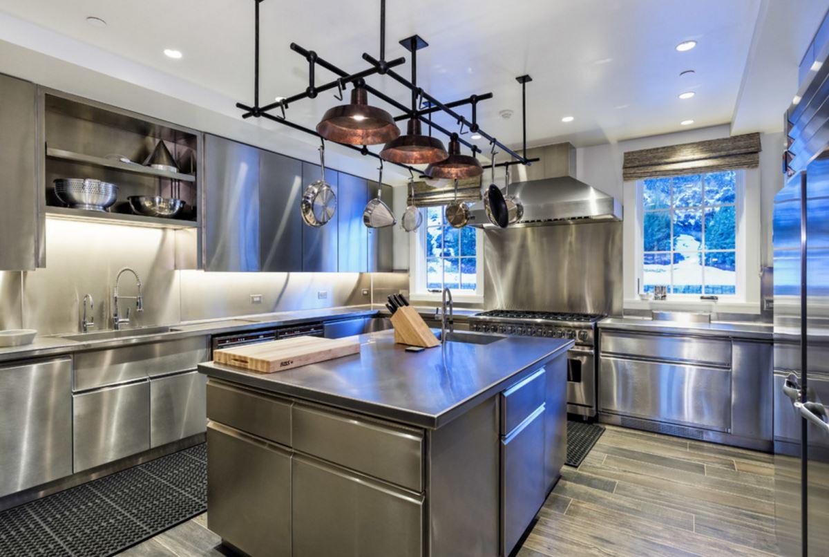 Хороший вариант хранения посуды и кухонных приборов