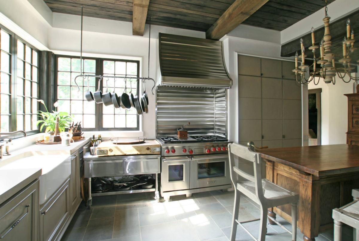 Необычный кухонный дизайн с подвесной посудой