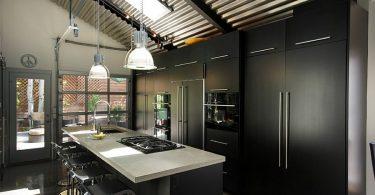 Практичный дизайн чёрно-серой кухни в городской квартире
