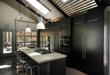 Практичный дизайн черно-серой кухни в городской квартире