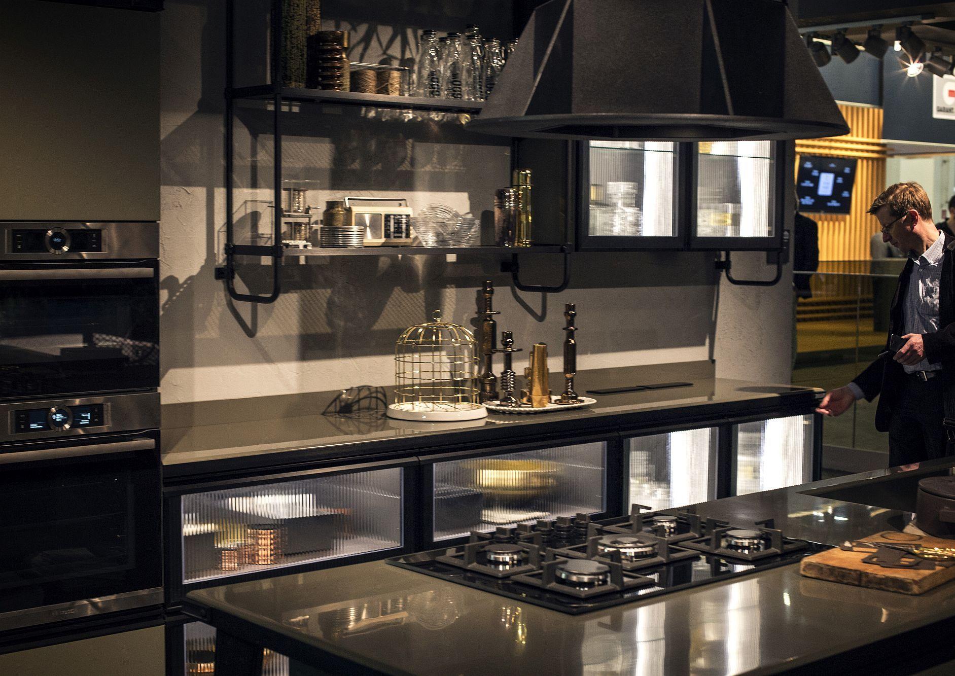 Стильный дизайн чёрно-серой кухни - фото 2
